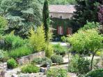 Un grand jardin entre les maisons.