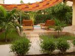 Jardin arboré d'arbres exotiques autour du jacuzzi dans un espace de relaxation
