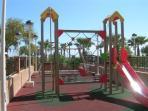 Parque infantil dentro de los apartamentos