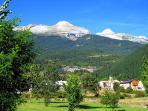 Villanua está situada en el valle de Canfranc, es muy llano, ideal para pasear.