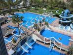 Piscina exterior/comunitaria Son cinco piscinas unidad entre si por toboganes.