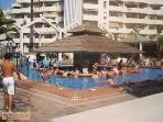 Piscina exterior/comunitaria con bar piscina amenizada con musica todo el dia durante los veranos.