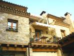 Casa con vigas de madera y piedra restaurada al estilo antiguo