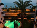 vista nocturna, con piscina iluminada