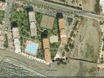 vista panoramica de la urbanización, el apartamento está señalado con una flecha