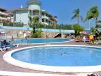 Zona de piscinas y restaurante