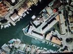 Localizacion del piso en medio de los canales navegables de Roses