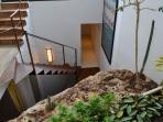 La moderna escalera de hierro vertebra toda la casa.