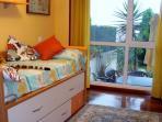 Dormitorio niños con vistas al jardin