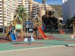 Parque público infantil cercano, en el mismo paseo marítimo