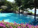 La piscine et en arrière plan l'océan