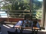 Le coin repas, avec vue sur l'océan et le jardin tropical