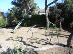 Zona infantil con columpios
