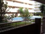 Vista de la piscina y jardín desde la terraza