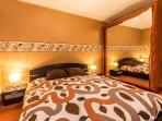 Dormitorio 1: cama doble 160 x 200 con armario y espejo