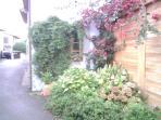 Fachada lateral de la casa en Poo.