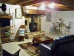 Le coin salon et son poêle à bois
