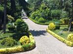 Los jardines frontales de la propriedad.