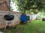 under the fig tree you can also BBQ.