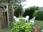 Dans le jardin pour un repas | In the garden for a meal