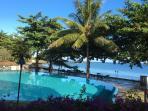 La piscine face à la plage