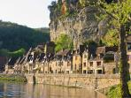 La Roque-Gageac: here enjoy a boat trip on the Dordogne