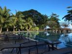 Farniente sur les chaises longues autour de la piscine