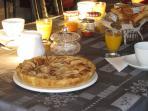 Petit déjeuner : pain bio maison, confitures maison, orange pressée, viennoiseries, laitage...