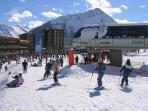 l'immeuble Apollo est situé en plein coeur du front de neige, au départ des pistes