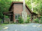 Andrea's Creek 3 off the beaten path, custom log cabin, hot tub, sleeps 6