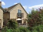 BRIDGE HOUSE, WiFi, woodburner, pet-friendly cottage with en-suites & access to pool, fishing, sailing, Cotswolds, Ref. 915721