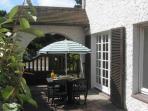 Cour avec salon de jardin et 2 bains de soleil
