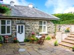 SRING COTTAGE, cosy, romantic retreat, pet-friendly, good for walking and cycling, in Dolgellau, Ref 24767