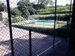 Cancha de tenis y piscina
