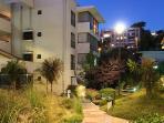 Exteriores jardines vista nocturna