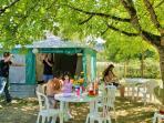 Bungalow 20m² 4 pl coin cuisine, salon de jardin, emplacement ombragé