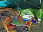 Emplacement pour tente, caravane, camping-car. A l'ombre ou semi_ombragé.Bord de rivière dordogne