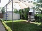 Jardin con piscina y barbacoa