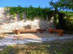 Sonniger Sitzplatz am Ende des Gartens