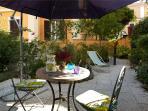 Un giardino dove rilassarsi, prendere il sole, mangiare!