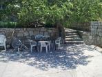 Bootsteg mit Sitzmöglichkeiten im Schatten, Sonnenliegen und Sonnenschirmen