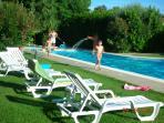 Piscine, jardin, chaises longues et le jeune client qui fait du Parcours Vita!...