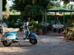 Vespa parcheggiata nel piazzale