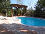 The swimming pool and pergola. Piscina y pérgola