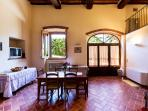 The apartment is perfect to accommodate 6 guests, who can enjoy the garden and the park below