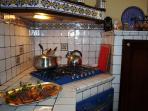Particolare della cucina. Realizzata con mattoncini dipinti a mano in Caltagirone