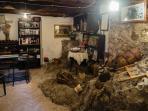 la reception con roccia a vista e vecchi suppellettili e oggetti della civiltà contadina
