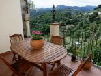 Ampio terrazzo con visuale sull'Etna e la meravigliosa val D'Agrò, tavolo e sedie in legno, sdraio