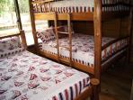 Dos dormitorios secundarios con cama King y litera matrimonial.