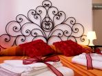 Romantic bedroom - king size bed - ensuite bathroom - AC wifi